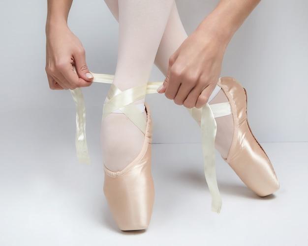 Ballerina's handen close-up koppelverkoop pointe-schoenen
