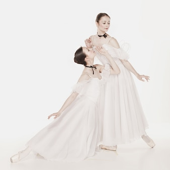 Ballerina's poseren in romantische stijl jurk