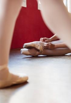 Ballerina's repeteren op de vloer in spitzen