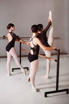 Ballerina's repeteren terwijl ze maillots en spitzen dragen