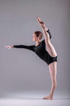 Ballerina strekt haar been uit
