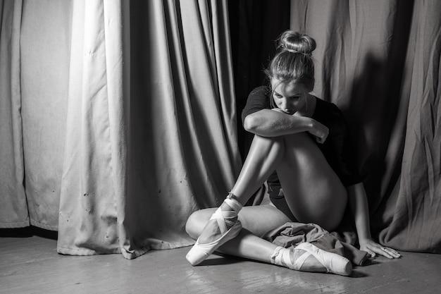 Ballerina zittend op het podium