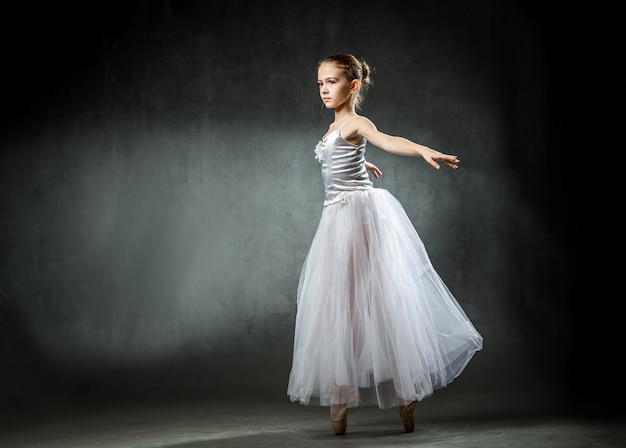 Ballet. afbeelding van een flexibele schattige ballerina dansen in de studio. mooie jonge danser. het meisje studeert ballet.