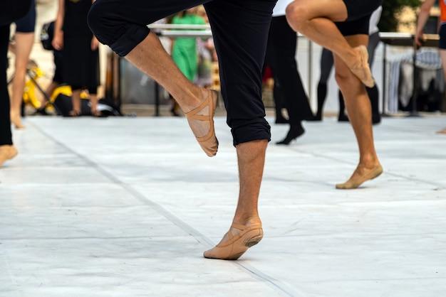 Balletdansers die buiten optreden.