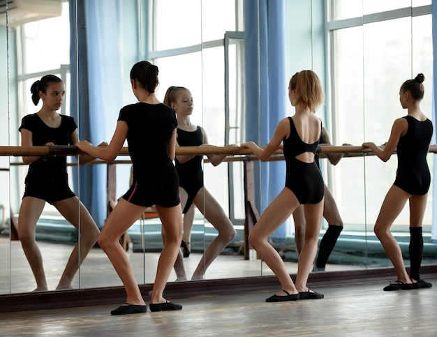 Balletdansers warmen op