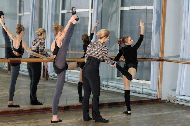 Balletklasse in studio met choreograaf