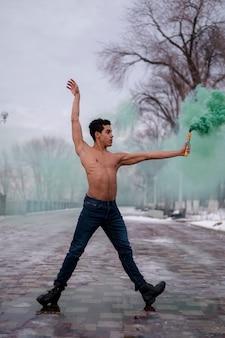Balletuitvoerder met groen kleurenpoeder