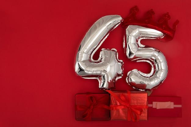 Ballon 45 in kroon op donkerrode achtergrond plat gelegd