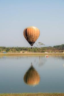Ballon in veld bij meer.