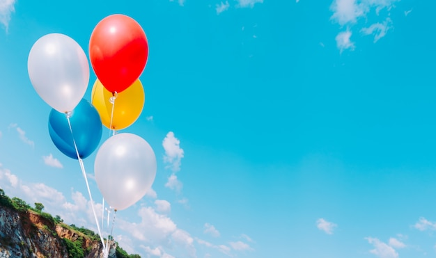 Ballon met kleurrijk op blauwe hemel