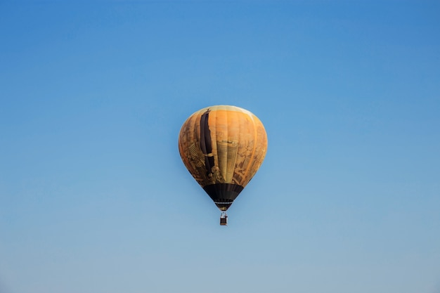 Ballon op blauwe hemel.