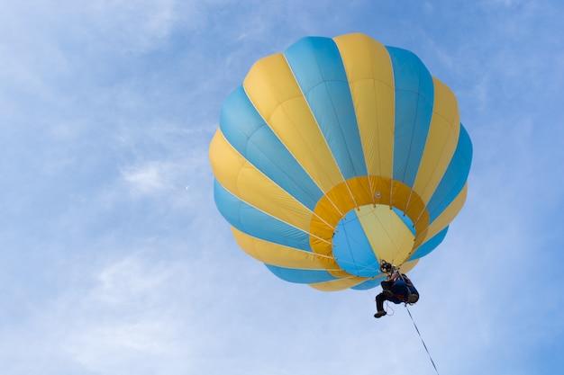 Ballon op hemel met één man