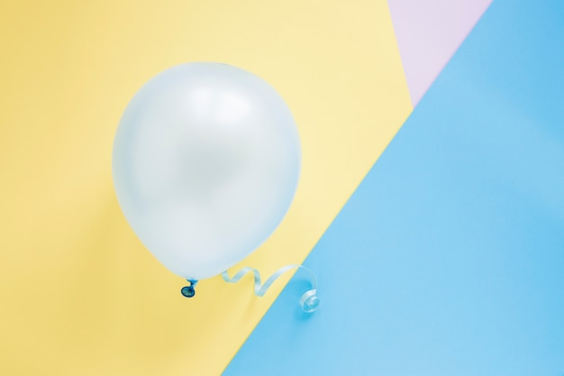 Ballon op kleurrijke achtergrond