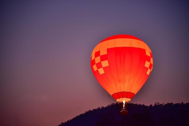 Ballon zwevend in de lucht in de vroege ochtend.