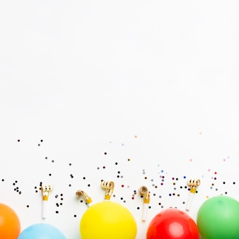 Ballonnen en confetti met kopie ruimte