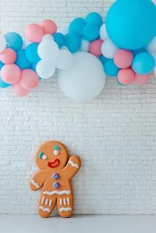 Ballonnen en ijs kar op feestelijke witte baksteen met grote speculaaspop.