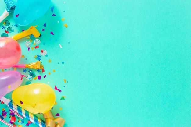 Ballonnen en verschillende feestdecoraties met kopie ruimte
