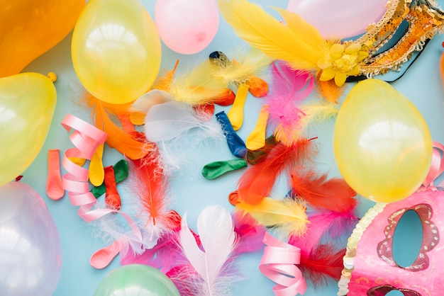Ballonnen in de buurt van maskers en veren