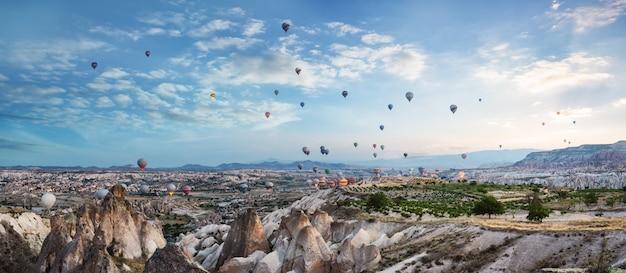 Ballonnen in de lucht boven cappadocië