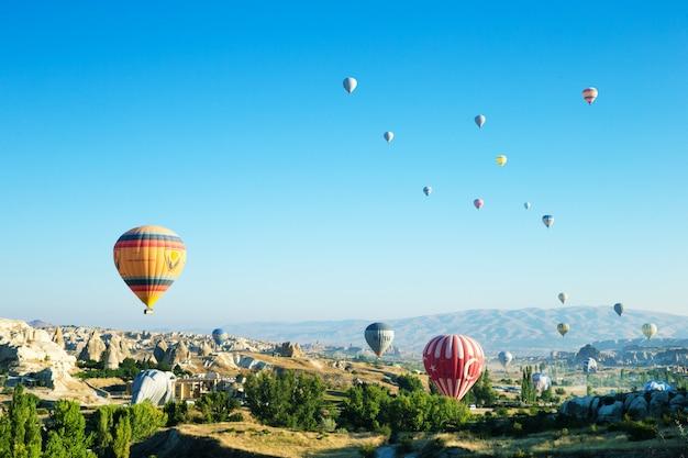 Ballonnen vliegen over de cappadocië