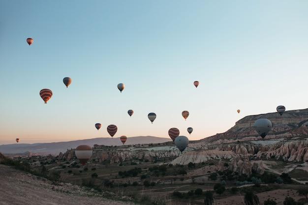 Ballonparade in cappadocië bij zonsopgang