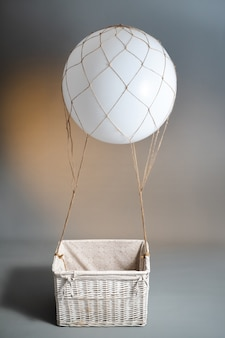 Ballonpiloot voor vliegend speelgoed op grijze muur.