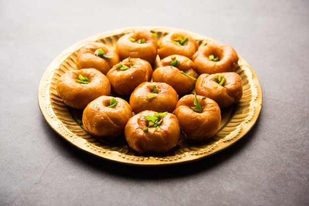 Balushahi of badushah of mughlai-schotel is een traditioneel indiaas zacht en schilferig dessert of zoet voedsel dat ook populair is in pakistan en bangladesh