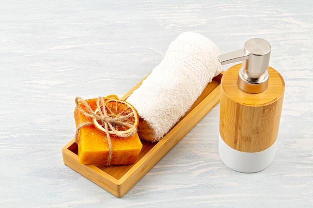 Bamboe accessoires voor bad - kom, zeepdispenser, borstels, tandenborstel, handdoek en organische droge shampoo voor persoonlijke hygiëne