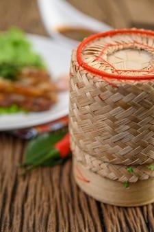 Bamboe doos voor het zetten van kleefrijst op een houten tafel