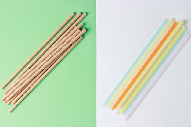 Bamboe en plastic rietjes om te drinken op een kleurrijke achtergrond,