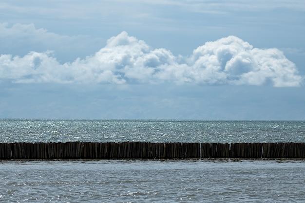 Bamboe geborduurd om de zeegolven te beschermen.
