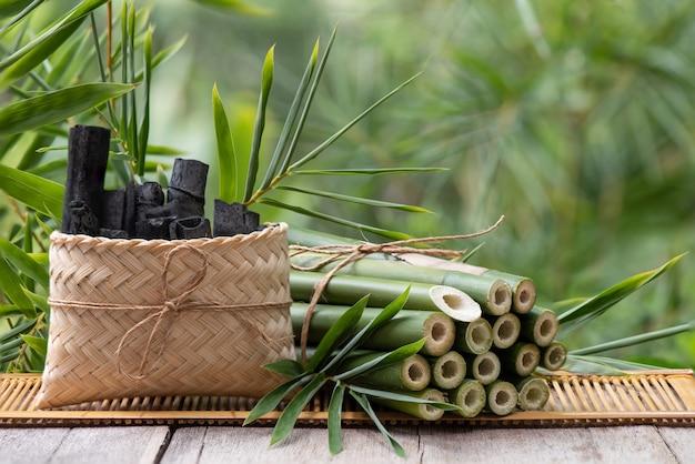 Bamboe houtskool en groen bamboe op aard.