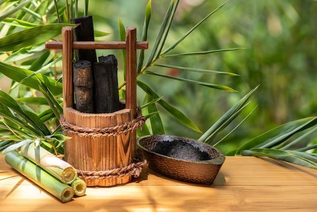 Bamboe houtskool en poeder op de natuur.