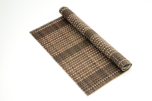 Bamboe mat op een geïsoleerd wit