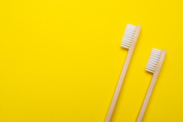 Bamboe penseel op een gele achtergrond. geen plastic. ecologie.