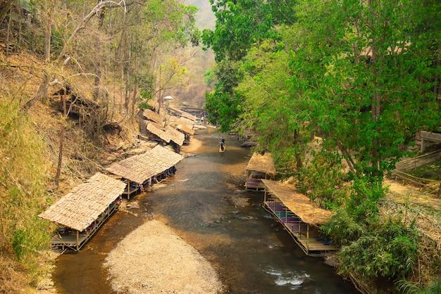 Bamboe rafting in groen tropisch landschap als reis voor toerist in mae wang district chiang mai thailand