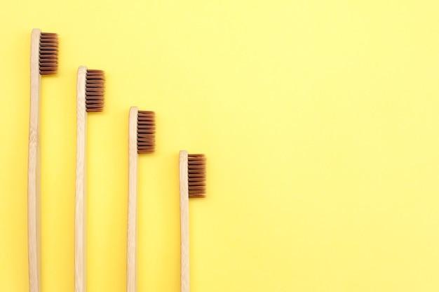 Bamboe tandenborstel op een gele achtergrond. tandheelkunde. ecologie. kopieer ruimte