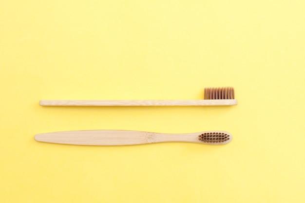 Bamboe tandenborstel op een gele en blauwe achtergrond. tandheelkunde.