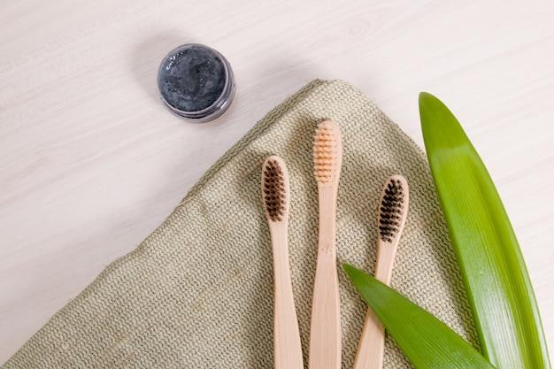 Bamboe tandenborstels en zelfgemaakte houtskooltandpasta, milieuvriendelijk levensstijlconcept
