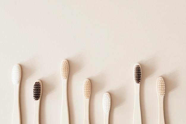Bamboe tandenborstels op een beige achtergrond