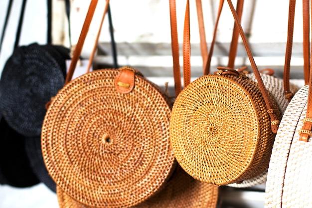 Bamboe tassen in de rij op de lokale markt trendy mode op handgemaakte goederen close up
