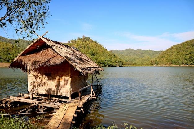 Bamboevlot op de kust van het reservoir van hoob khao wong of pang oung van suphan, thailand