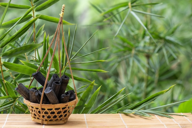 Bamboo charcoal op aard.