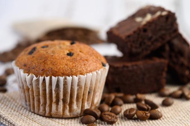 Banaan cupcakes gemengd met chocolate chip op een witte plaat.