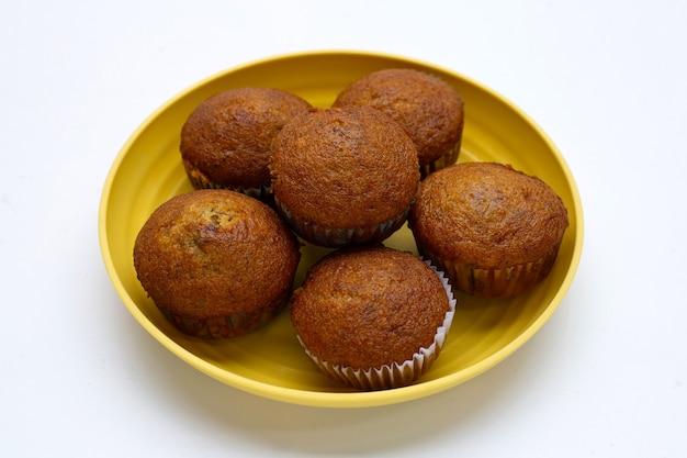Banaan cupcakes in plaat op witte achtergrond.