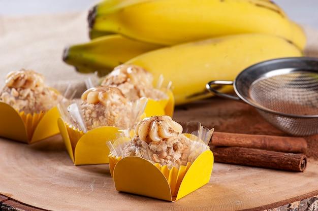 Banaan en kaneel gourmet brigadeiro. typisch braziliaans snoepje.