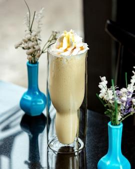 Banaan milkshake op tafel
