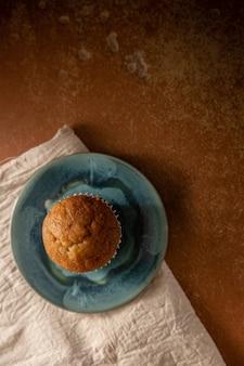 Banaan muffin cup cake op tafel. bovenaanzicht
