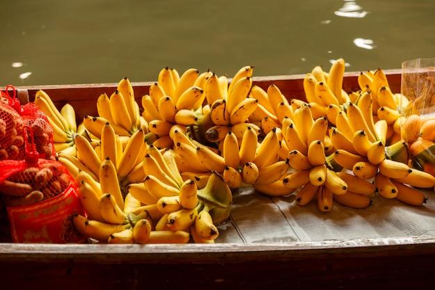 Banaan op de boot bij het drijven van damnoen saduak markt in ratchaburi dichtbij bangkok, thailand