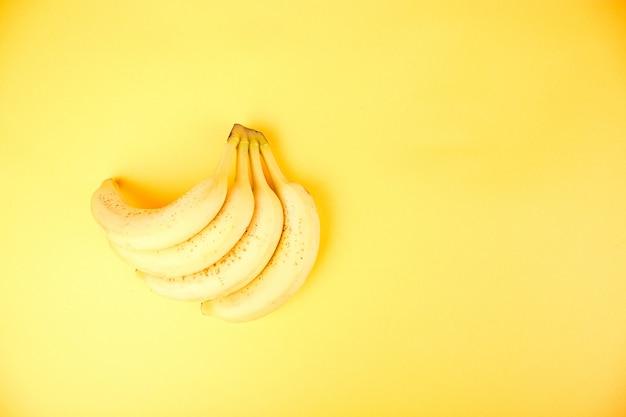 Banaan op gele papier achtergrond